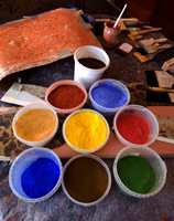 Fargepigmentene hun lager linoljemaling av. Spesielt jordfargene har en harmonisk fargesetting.