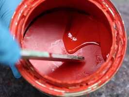 <b>SØL:</b> Gammel maling som størkner på kanten av malingspannet, kan gjøre det vanskeligere å lukke spannet etterpå. (Foto: Robert Walmann/ifi.no)