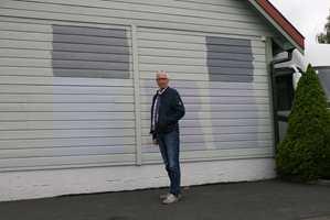 Dette er ikke moderne kunst. Knut Randem skal skifte farge på huset og garasjen i sommer, og bruker garasjeveggen som testplass for å finne riktig farge.
