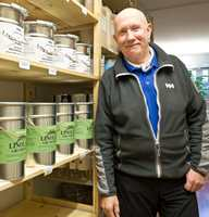 I 12 år har Johnny Spangen drevet malerbedrift med fokus på miljø og helse, og for to år siden slo han opp dørene til en egen fargehandel. Hovedproduktet er linoljemaling, men også naturmalinger fra Färgbygge og naturbustpensler står i hyllene.