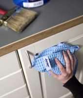 Før maling brukes en grov klut, og etter maling en fin klut.