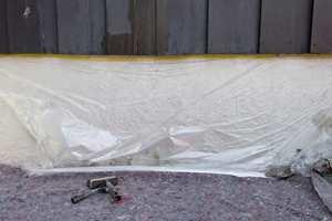 <b>TILDEKKET:</b> En plastfolie beskytter grunnmuren mot malingsøl, og med dekkefilt på bakken unngår du søl på plattinger og asfalt.