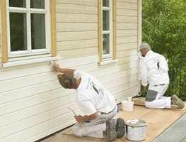 Malermester Jens Petter Lunde med kollega maler nytt hus.