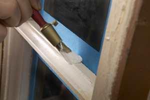 Det er ikke spesielt vrient å male vinduer gamle vinduer, men det krever en riktig fremgangsmåte for å få et varig pent resultat. Her er en video som steg for steg forteller deg hvordan det skal gjøres.