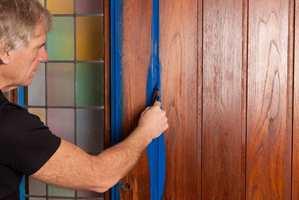 Når du maler, går du først over smale og utilgjengelige steder med pensel.