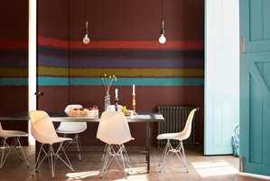 <b>NYANSELIKE 1:</b> Man kan med hell kombinere brunt med farger fra hele fargesirkelen. Hemmeligheten for et vellykket resultat ligger i å velge nyanselike farger. Det vil si at fargene har lik sorthet eller de kan være like kulørsterke. Høy sorthet gir det mest rolige resultatet. Dekorstripene på veggen her har samme kulørstyrke. (Foto: Nordsjö)