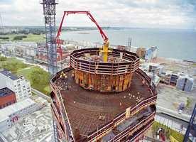 Byggingen av Europas høyeste boligbygg kan følges fra store deler av byen. I august har man kommet opp til 48. etasje.