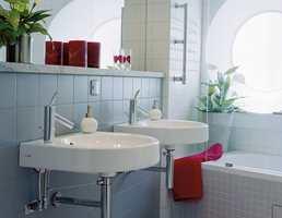 Badene har fliser fra Marazzi og Höganäs og blandebatterier fra Axor, designet av Phillipe Starck.