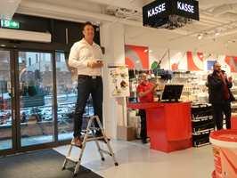 <b>TALER TIL FOLKET:</b> Det var en stolt kjedesjef som kunne ønske velkommen til Mal Proffs nye butikk i Oslo sentum. – Vi har over 60 utsalgssteder i Norge nå. Og flere kommer, sier han.
