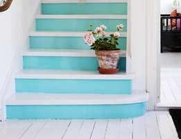 <b>STERK OG KLAR</b> Turkisfargen er et friskt element i de hvite omgivelsene – noe for sommerhuset? (Foto: Beckers)