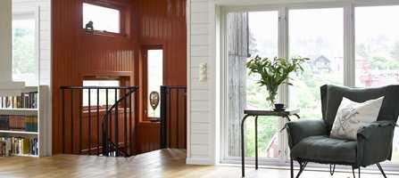 For å roe ned inntrykket fra den kraftige trappegangen, har vegger, vindusnisjer og -karmer fått samme farge.