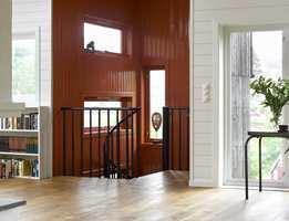 Sett fra stuen oppleves trappegangen som et fint dekorelement i enden av rommet.