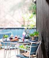 <b>FLISEFRITT: </b>Med riktig vedlikehold kan du nyte både frokost og solfylte dager på treplattingen og i tremøblene, uten å få fliser i føttene.