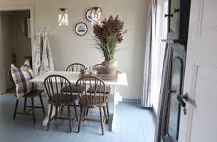 <b>MALT BORD:</b> Spisestuebordet ble malt hvitt, det blir en fin kontrasten til stolene og skaper en friskt og mer sommerlig atmosfære.