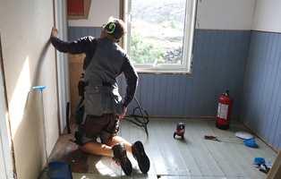 <b>NY START:</b> Da den gamle innredningen var fjernet ble det montert ferdig tapetserte plater utenpå de gamle veggene.
