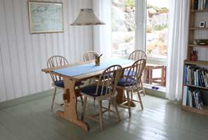 <b>TREMØBLER:</b> Det gamle spisestuebordet og de klassiske stolene får bli med videre.