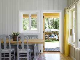 Rommet har vinduer på flere vegger, som fører mye lys inn til spiseplassen. Terrassedøren skaper også nærhet til uteplassen.