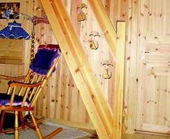 Før: Bilde fra motsatt side av stuen. Alt treverk var gulnet og mørkt, med mye og stor kvist.