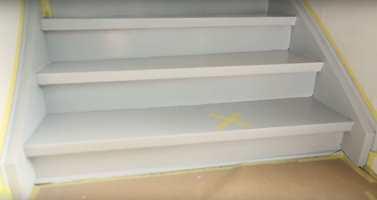 <b>TRINN TO:</b> Når de første trinnene er malt og malingen har tørket, flytter du maskeringstapen over til dem. Så maler du resten av trappen.