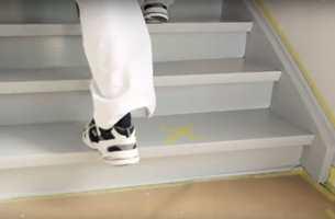 <b>GÅ TRYGT:</b> Når du har markert de tørre trappetrinnene, kan du gå trygt på dem i trappen, uten å ødelegge malingsfilmen.