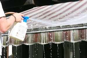 En skitten markise ødelegger for et nymalt eller nyvasket hus. Den blir god som ny med markiserens. Markiserens fra Nitor/Alfort.