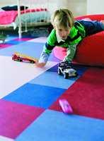 I et barnerom bør gulvet være lettstelt, varmt å sitte på og gjerne ha gode akustiske egenskaper.