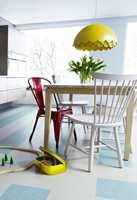 <b>LAMPE:</b> Denne er i gul plast, men du kan også lage en selv med spraylakk på et loppefunn. Gulvet er fra Forbo Flooring. (Foto: Forbo Flooring)