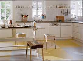 Gulvet lages i over 20 farger som alle kan kombineres med hverandre. Flisene eller stavene klikkes enkelt sammen til tøffe mønstre etter eget hode. (Forbo Flooring)