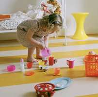 Mye av barnas lek foregår på gulvet, og da er det lurt å velge et gulv som er mykt, slitesterkt og varmt å gå på. Linoleum er både praktisk og sprekt. (Forbo)