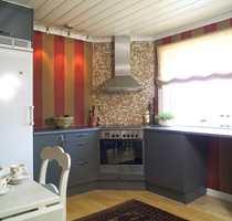 Rommet virker høyere med vertikale striper og hvitmalt tak uten bjelker. Færre overskap øker romfølelsen. Vinduet har fått enkelt liftgardin i lin.