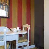 Møblene er de samme gamle, men er pusset opp i delikat lysegrått. Med nye puter og tekstiler og omgitt av varme i fargene, har spiseplassen fått stuestemning.
