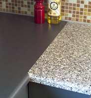 Både vanlig gulvmaling og epoksymaling kan brukes til å male laminat. Men å male en benkeplate er en midlertidig løsning.