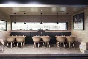 Hos Maschmanns mattorg kan kundene spise i lune omgivelser. Interiøret er tegnet av interiørarkitektene MNIL Kjersti Hoel Gazzola og Anne Sofie Fet fra Romlaboratoriet AS. Foto: Elisabeth Aarhus