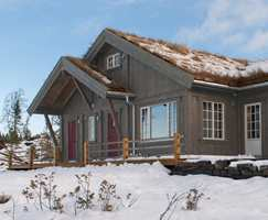<b>MATT:</b> En hytte med matt beis vil gli fint inn i omgivelsene. Hytta er behandlet med matt beis fra Tyrilin. (Foto: Tyrilin)