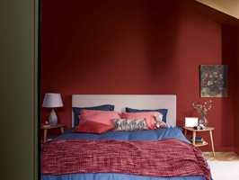 <b>LUNT:</b> En dyp rødfarge gir en lun, varm atmosfære. Her kan du koble av fra hverdagens bråk. Fargen er fra paletten «A place to love» fra CF19 fra Nordsjö.