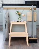 <b>MATT KRAKK: </b>Slitasjeutsatte flater som krakker og andre møbler kan fint males med matt maling. Her er det brukt Mood Professional Finish Helmatt i fargen Beckers Aprikos 657.