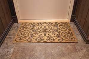 Dørmatten har praktiske egenskaper, men kan også pynte opp. Denne er fra Teppeabo.