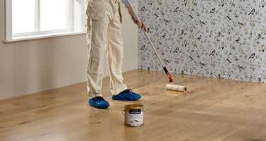 Å benytte en helmatt gulvlakk er den enkleste og mest praktiske løsningen, når gulvet er modent for å friskes opp litt.