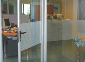 På arbeidsplasser med glassvegger og glassdører, kan vindusfolie skjerme arbeidsmiljøet. Foto:Inspirasjon Interiør AS