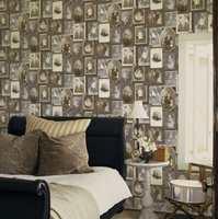 Tapeter med historiske fotografier i sepiatoner gir rommet et nostalgisk preg.