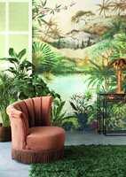 <b>MAKSIMALISTISK:</b> I et interiør med natur på veggen, og langluvet teppe som minner om gress på gulvet, kan vi drømme oss bort fra kav og mas. Tapetet er i kolleksjonen Vivid fra Storeys.
