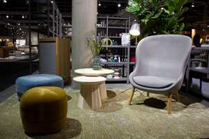 <b>SKANDINAVISK DESIGN:</b> Møbeldesignerne spiller også på naturen. På Oslo Design Fair i høst var det godt om møbler i lyst tre, stoler som virket som et lite kryp-inn og mye grønt. Møblene er fra Normann Copenhagen.