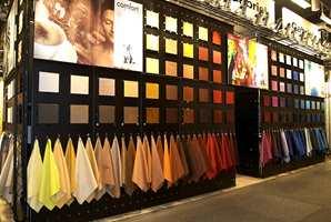 En viktig del av møbelindustrien er møbelstoffene. Her er rikt utvalg i farger.