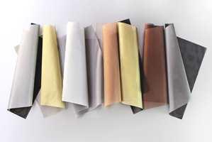 Temperaturregulerende gardiner produseres nå med baksider av en rekke ulike metaller.