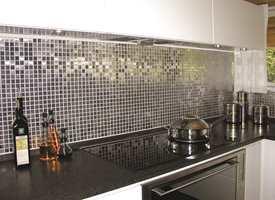 Gjør halvmeteren over kjøkkenbenken til kjøkkenets gylne halvmeter! Her er det brukt metallmosaikk fra Höganäs.