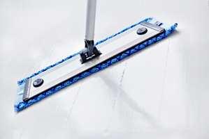 <b>RENT:</b> Gulvet må renses godt før maling. Ingen maling sitter på fett eller skittent underlag. (Foto: Jordan)