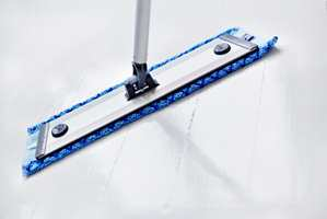 Fuktige flekker fjernes med en fuktig klut, men tørr skitt fjernes med tørr klut.