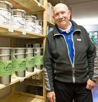 I 12 år har Johnny Spangen arbeidet med linoljemalinger, og i to år har han drevet malingutsalg på Vålerenga i Oslo.