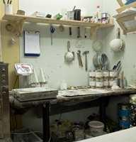 I kjelleren til Sætres tidligere kjeksfabrikk er det nå utsalgssted og malerverksted. Her veies alle pigmenter til linoljemalingen nøyaktig opp og blandes i de svenskproduserte malingproduktene.
