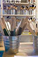 Miljømal sparer en prøvepinne av alle farger de brekker. Disse finnes utstilt på en gammel kjøpmannsdisk i butikken.